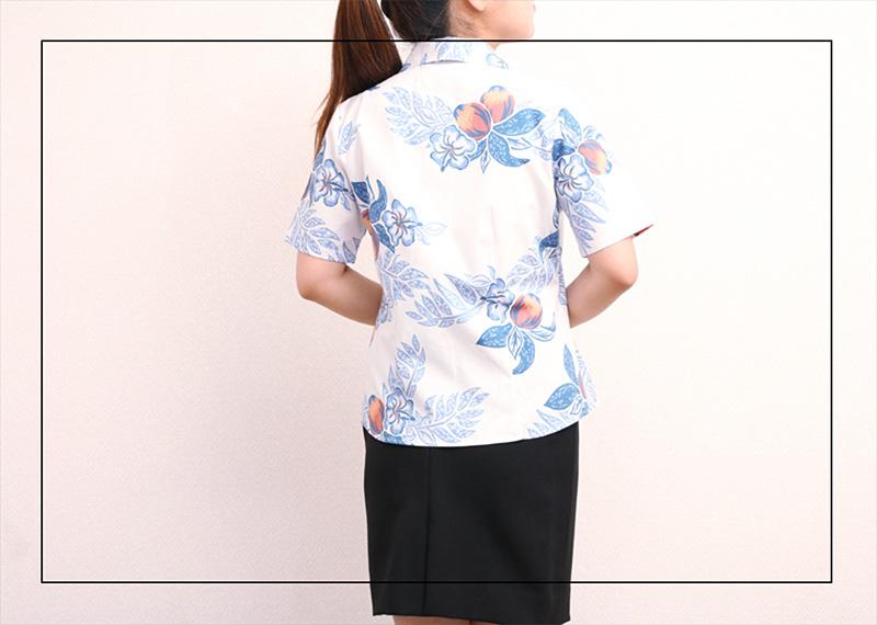 アロハシャツ−かりゆしウェア【マンゴハイビー(開襟シャツ) レディース】は着合わせやすい
