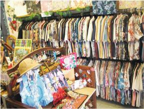 かりゆしウェア専門店マンゴハウスの那覇市国際通り1号店内1。