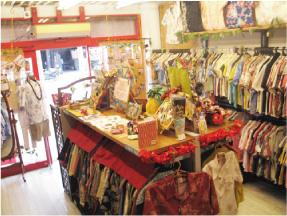 かりゆしウェア専門店マンゴハウスの那覇市国際通り1号店内2。