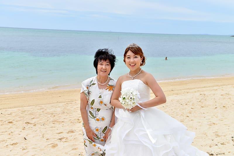 沖縄結婚式(かりゆしウェディング)でお母様はフレアワンピース着用